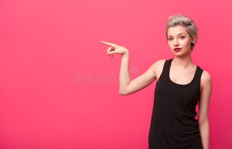 Jeune femme moderne élégante montrant à l'espace de copie photos libres de droits