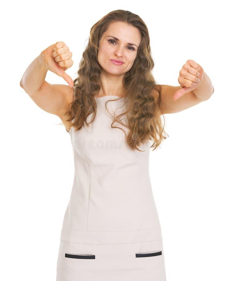 Jeune femme montrant des pouces vers le bas photographie stock libre de droits