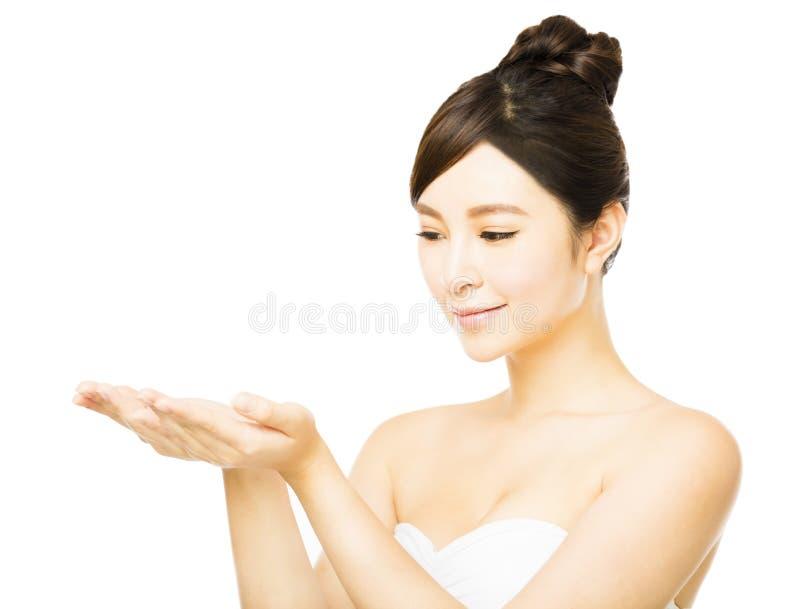 Jeune femme montrant l'espace vide de copie sur la paume ouverte de main photos stock