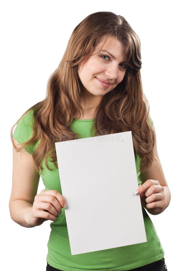 Jeune femme montrant la plaquette vide blanche photographie stock