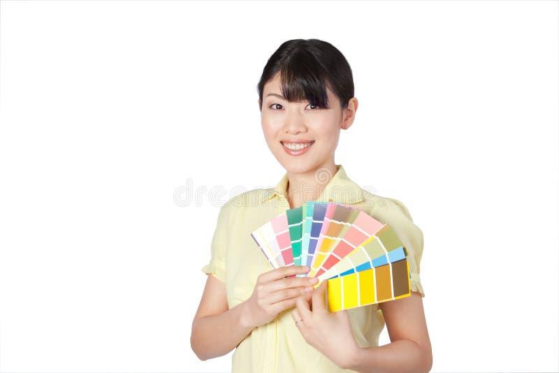 Jeune femme montrant le nuancier image stock
