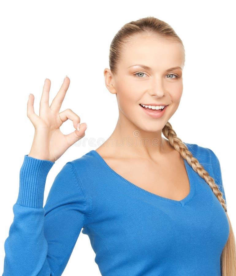 Jeune femme montrant le signe correct photographie stock