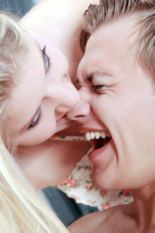 Jeune femme mordant par espièglerie dans le nez image libre de droits