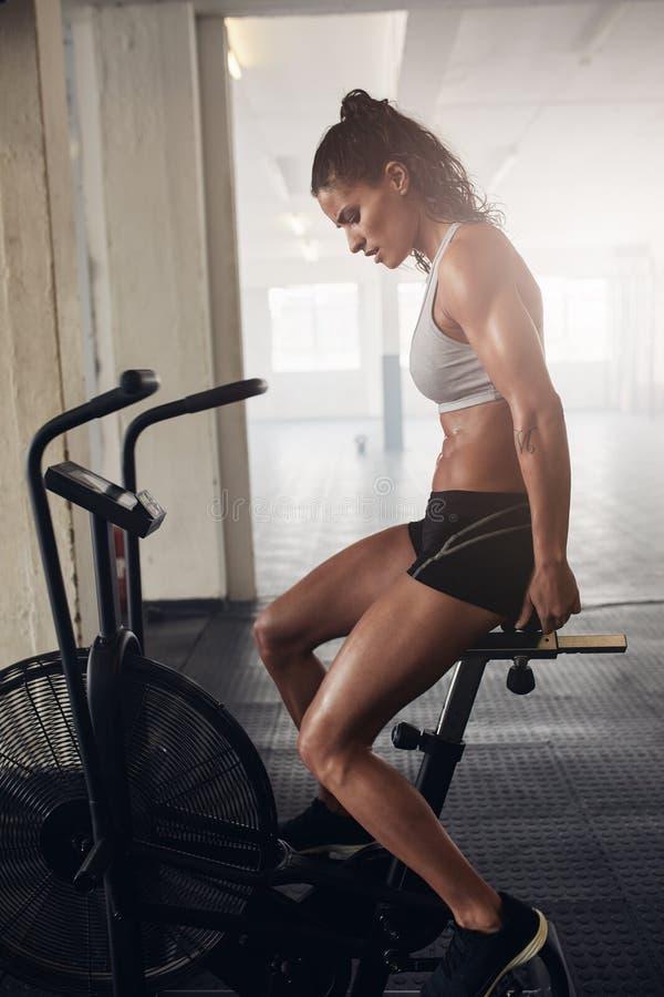 Jeune femme musculaire faisant la cardio- séance d'entraînement intense image libre de droits