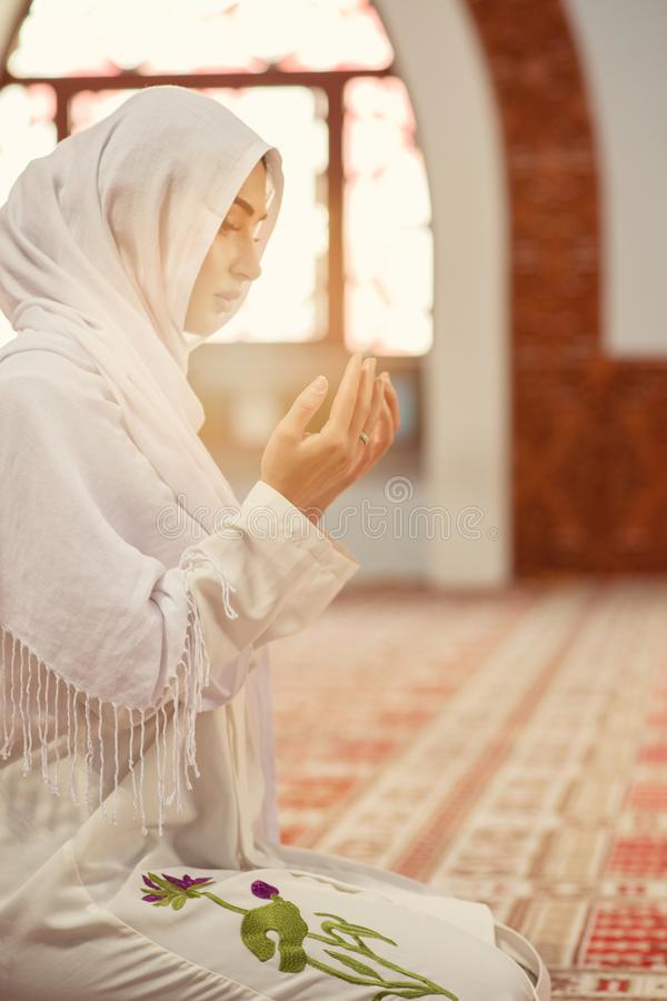 Jeune femme musulmane arabe priant dans la mosquée photo stock