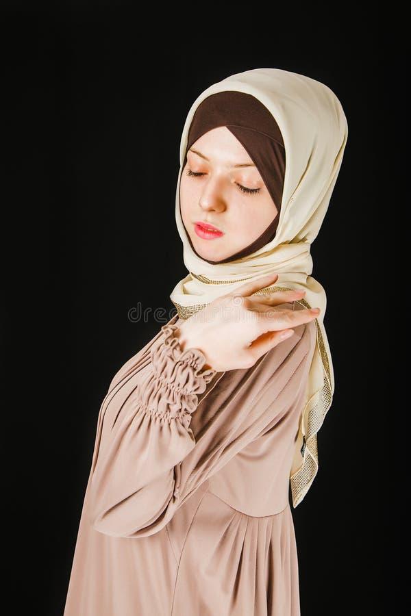 Jeune femme musulmane asiatique dans l'écharpe principale photo libre de droits