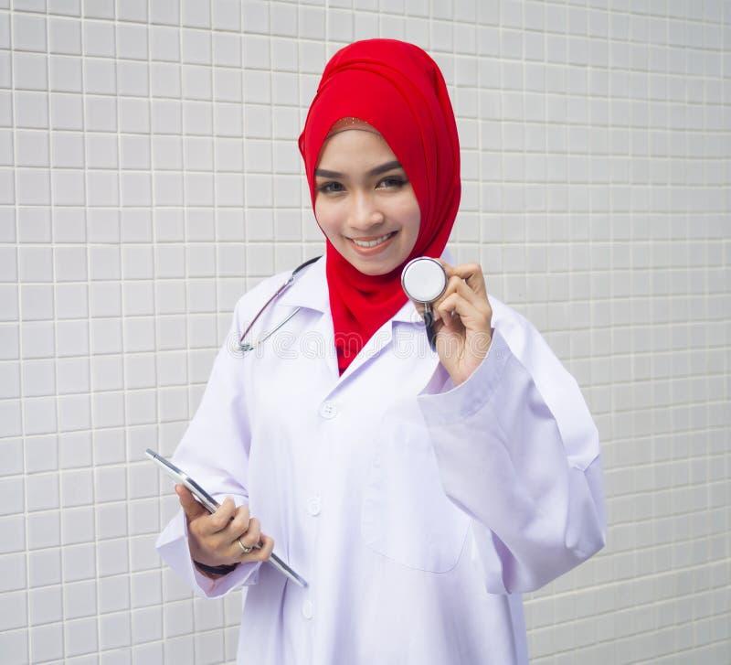 Jeune femme musulmane en tant que docteur photos libres de droits