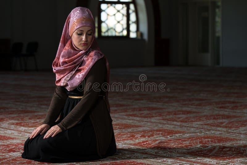 Jeune femme musulmane priant dans la mosquée photos stock