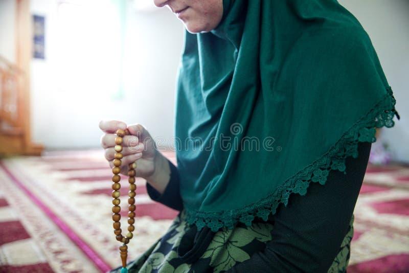 Jeune femme musulmane priant dans la mosqu?e images libres de droits