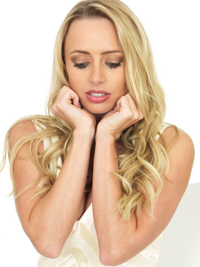 Jeune femme nerveuse de renversement triste attrayant avec les cheveux blonds image libre de droits