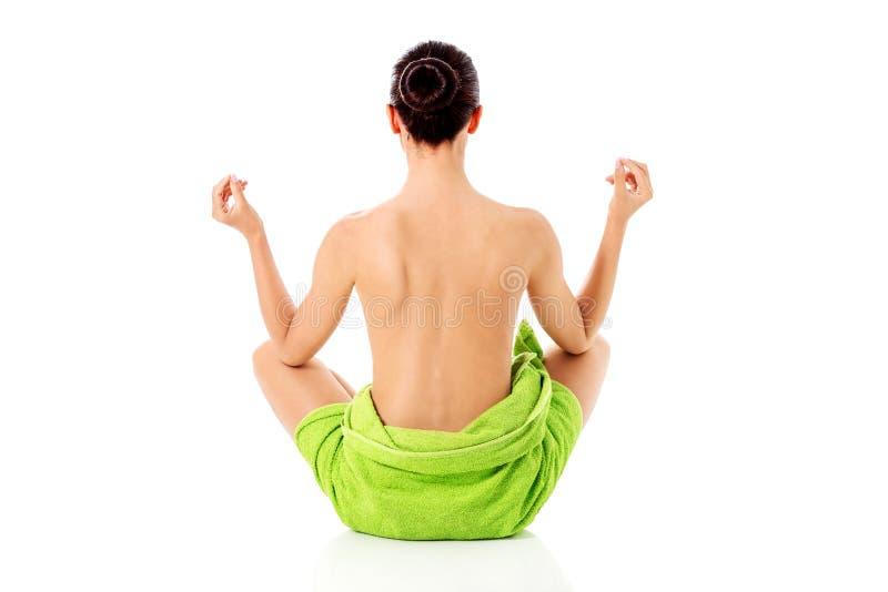 Jeune femme nue avec du yoga de pratique de serviette, d'isolement sur le blanc photographie stock libre de droits