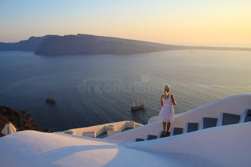Jeune femme observant la belle vue colorée de coucher du soleil de la mer Méditerranée, des îles, du boa et de la mer sur la terr photos stock