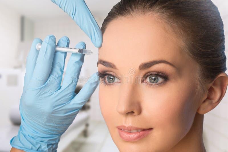Jeune femme obtenant BOTOX® ; injections photographie stock
