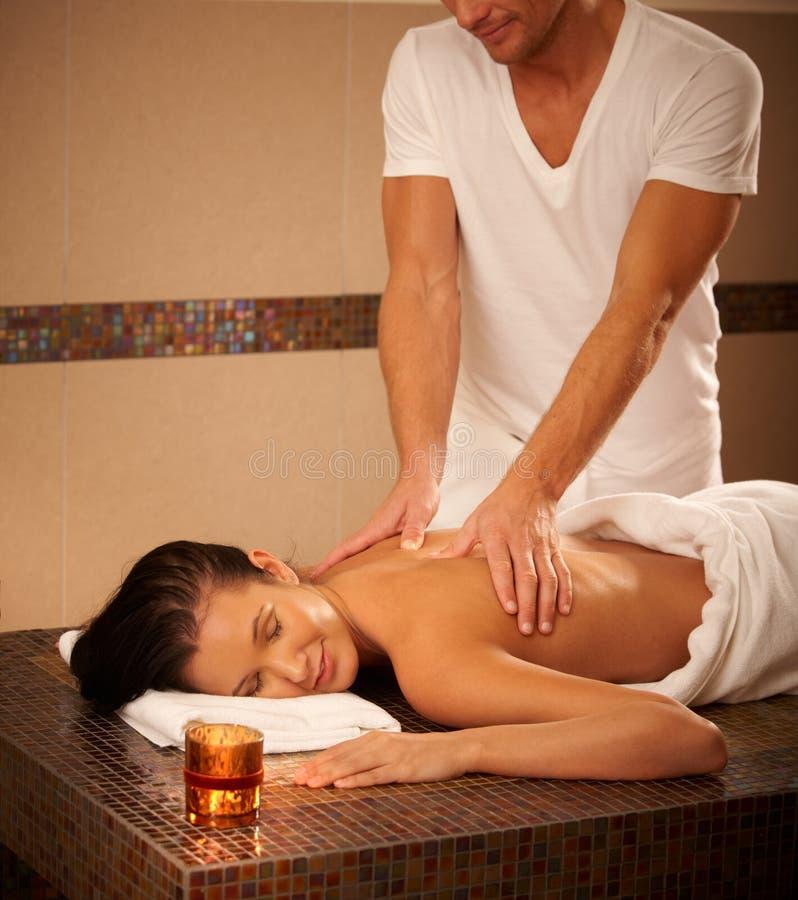 Jeune femme obtenant le massage photographie stock libre de droits