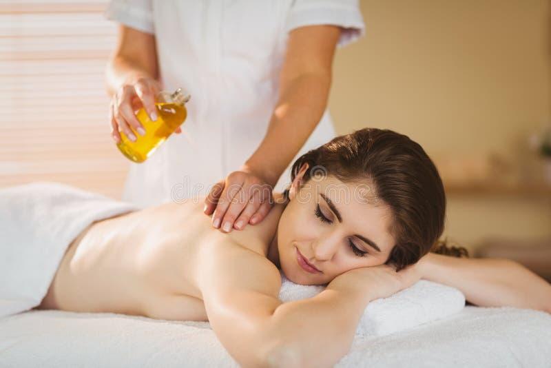 Jeune femme obtenant un massage images libres de droits