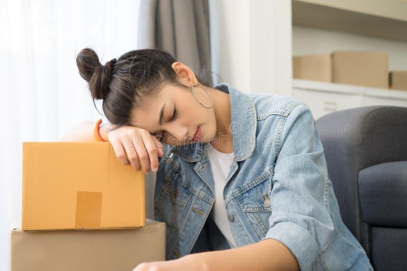 Jeune femme occasionnelle asiatique fatiguée travaillant la petite entreprise pac en ligne photographie stock libre de droits