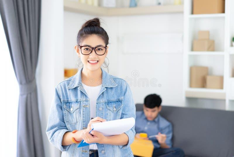 Jeune femme occasionnelle asiatique travaillant la petite entreprise h de emballage en ligne image libre de droits