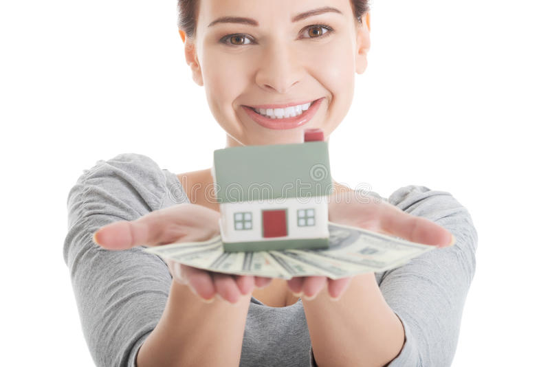 Jeune femme occasionnelle avec l'argent et la maison. photographie stock