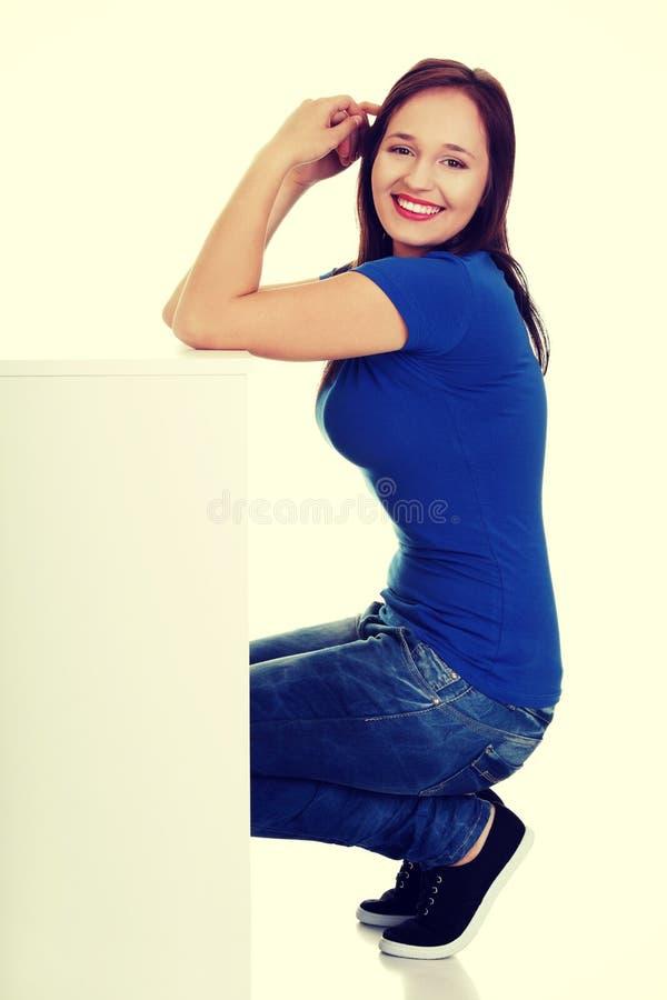 Jeune femme occasionnelle tenant l'espace de copie images libres de droits