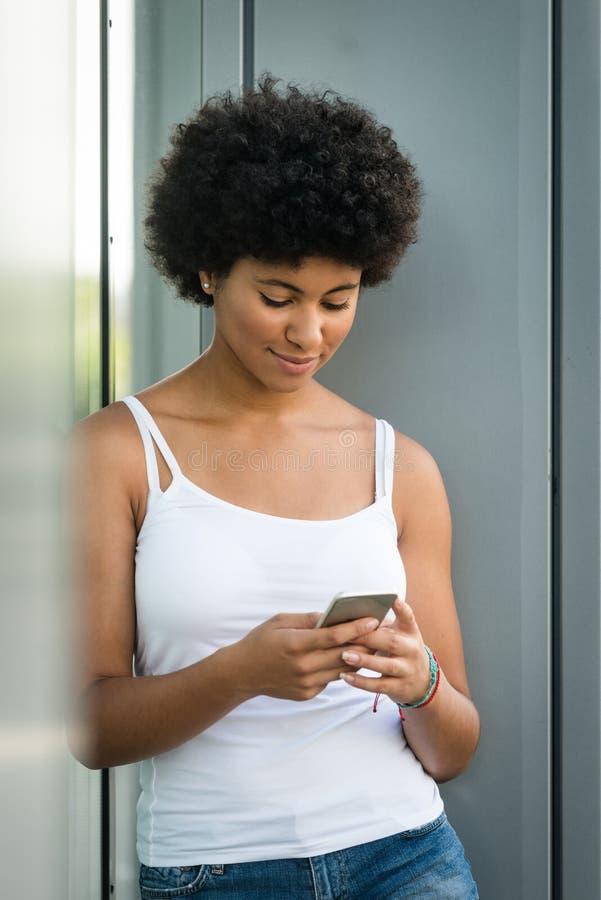 Download Jeune Femme Occupée En Actionnant Son Téléphone Portable Image stock - Image du authentique, urbain: 87709877