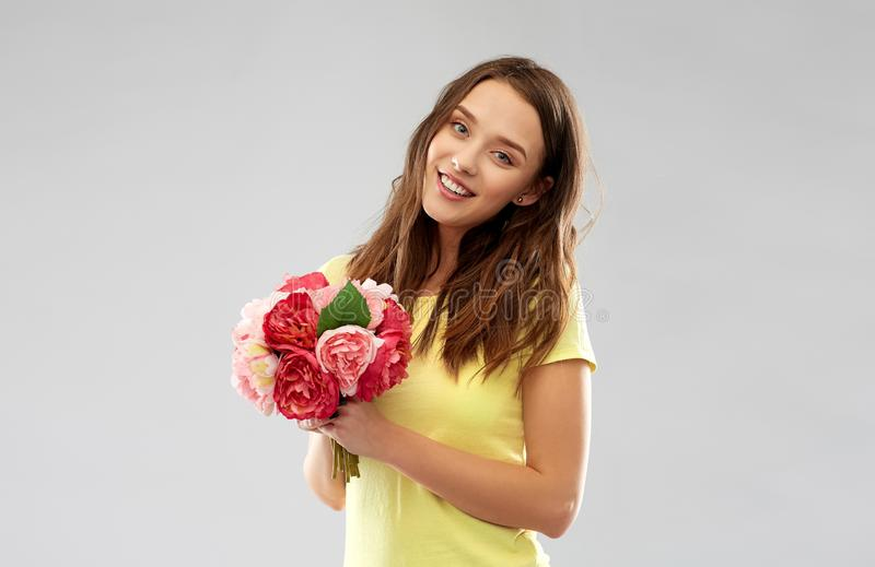 Jeune femme ou adolescente avec le bouquet de fleur image stock