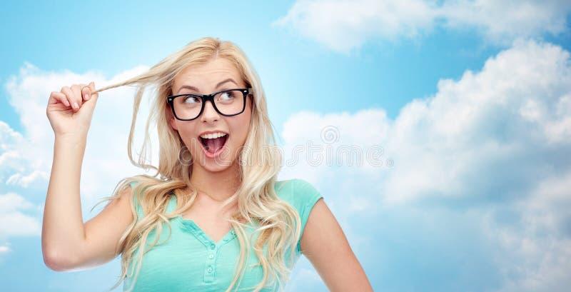 Jeune femme ou adolescente heureuse en verres photos stock