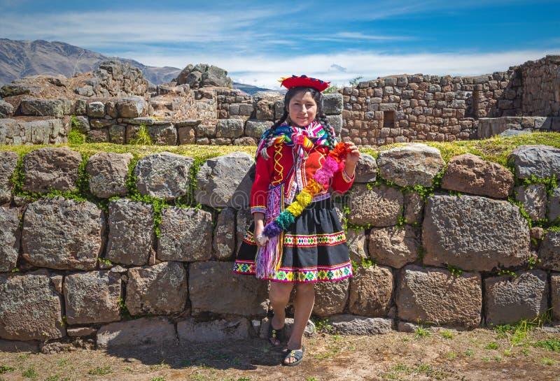 Jeune femme péruvienne dans l'habillement traditionnel, Cusco photographie stock