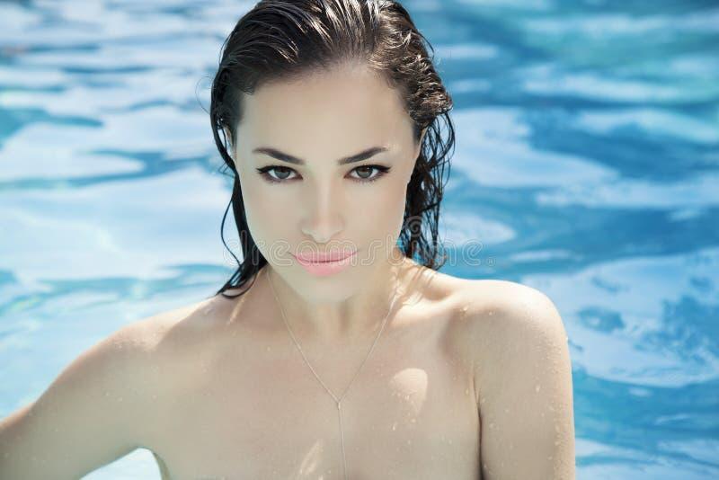 Jeune femme par la piscine photos libres de droits
