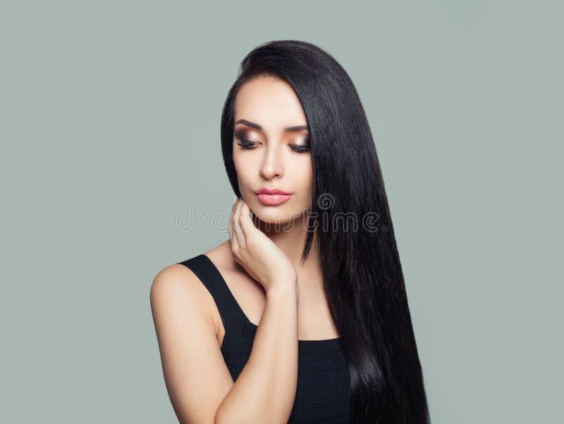 Jeune femme parfaite avec de longs cheveux droits et portrait foncés de maquillage photos libres de droits