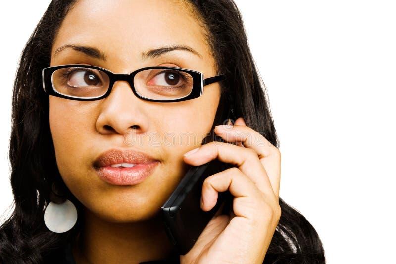 Jeune femme parlant sur le mobile photos stock