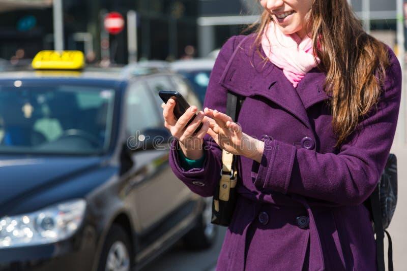 Taxi de attente de jeune femme photo stock