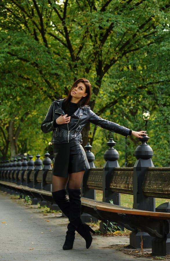 Jeune femme passant le temps pendant l'automne en parc images stock