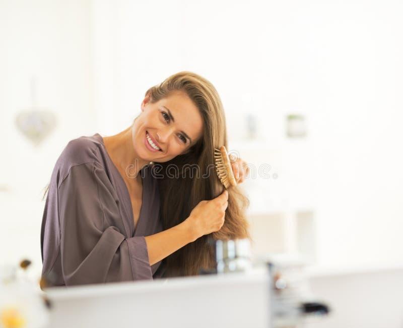 Jeune femme peignant des cheveux images libres de droits