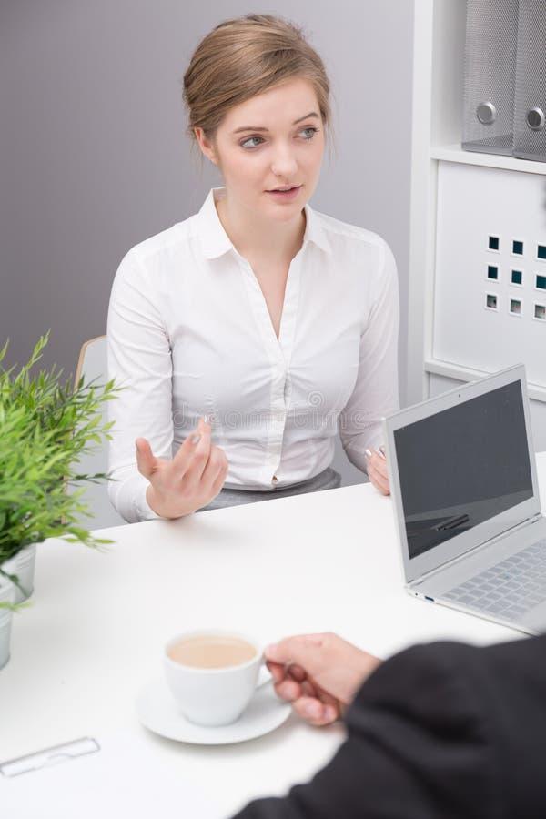 Jeune femme pendant l'entrevue d'emploi images stock