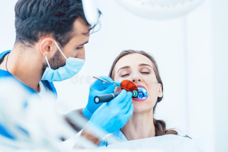 Jeune femme pendant le traitement oral innovateur image libre de droits