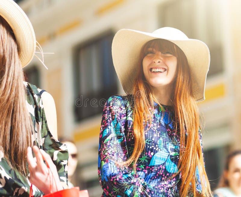 Jeune femme pendant une promenade au centre de Naples photo stock