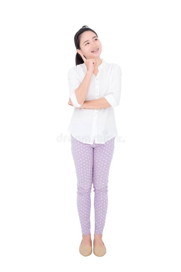 Jeune femme pensant au-dessus du fond blanc photographie stock
