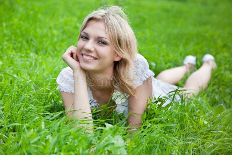 Jeune femme pensive image libre de droits