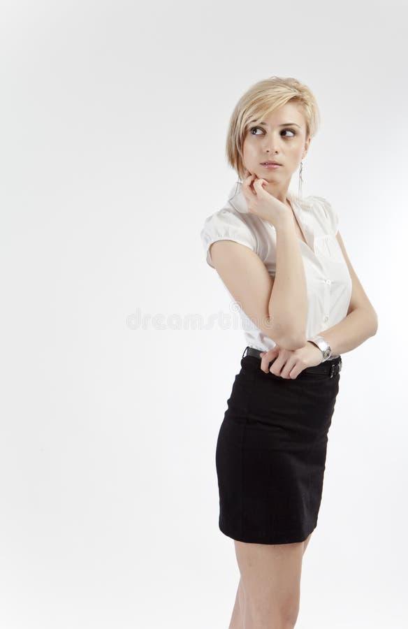 Jeune femme pensive de bureau images stock