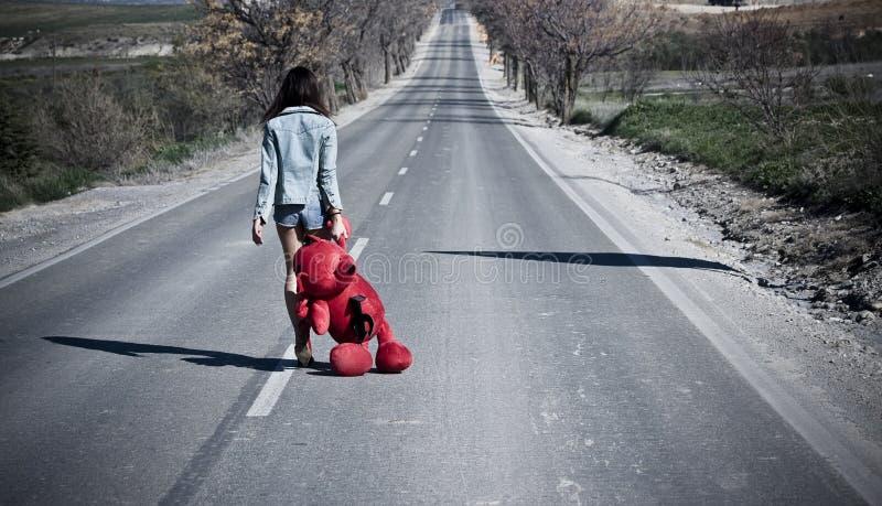 Jeune femme perdu sur la route. image stock