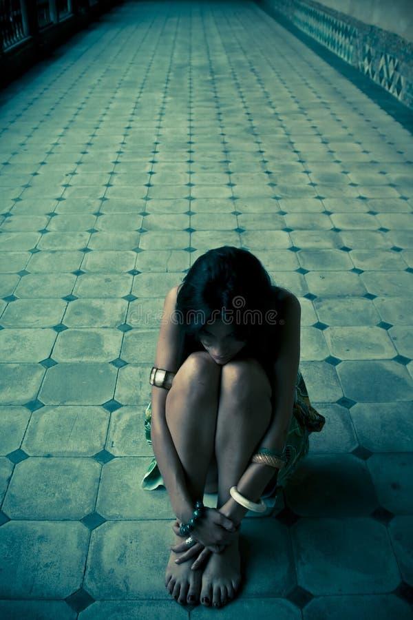 Jeune femme perdue images stock