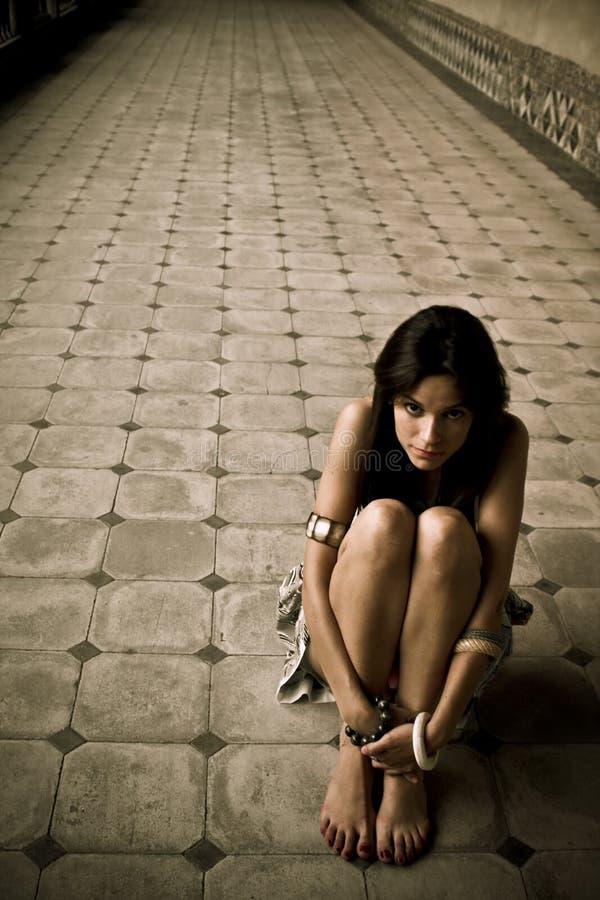Jeune femme perdue photo stock