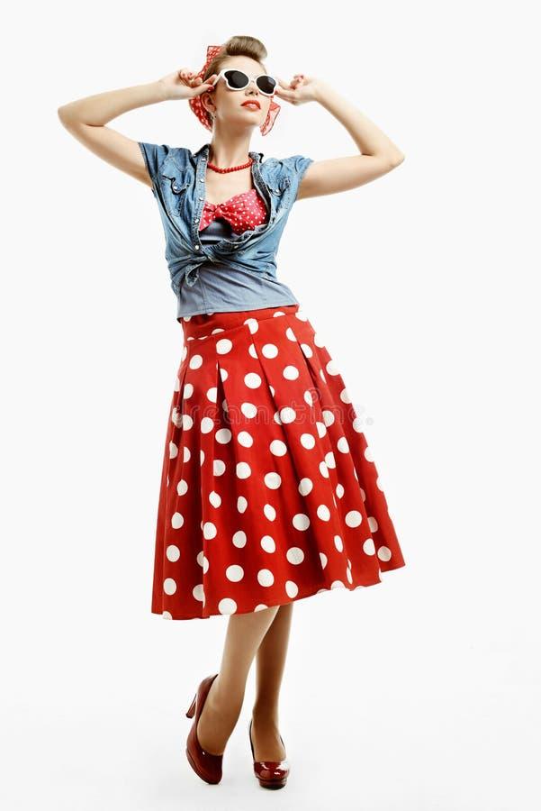 Jeune femme Pin- dans le style américain de vintage essayant sur des lunettes de soleil photos stock