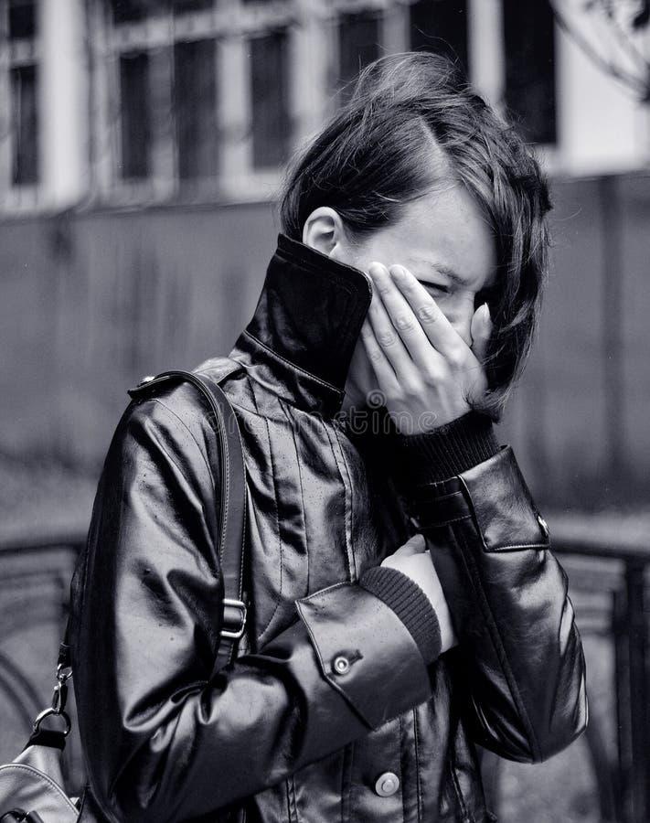 Jeune femme pleurant à l'extérieur photographie stock