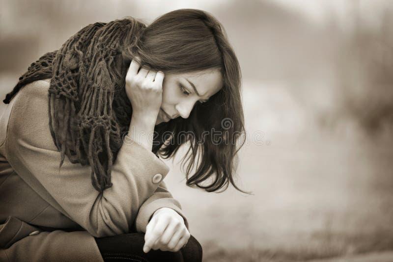 Jeune femme pleurant dehors dans Autumn Day foncé photographie stock