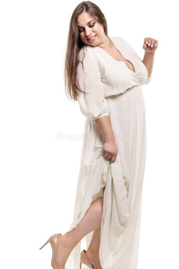 Jeune femme plus la taille avec le grand buste dans la belle robe image stock