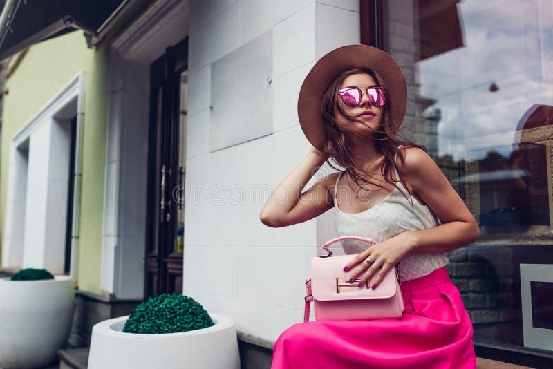 Jeune femme portant l'habillement élégant avec des accessoires dehors Concept de mode de beauté image stock