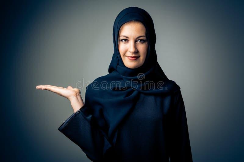 Jeune femme portant l'habillement arabe traditionnel photo stock