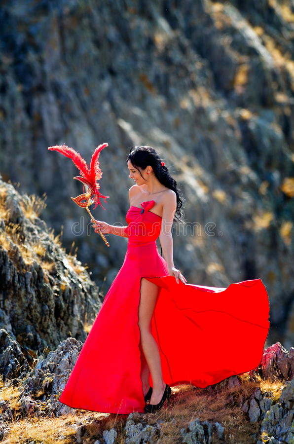 Download Jeune Femme Portant La Longue Robe Rouge Image stock - Image du beauté, frais: 56482181