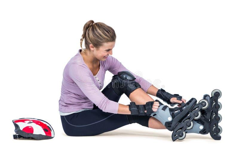 Jeune femme portant les patins intégrés images stock